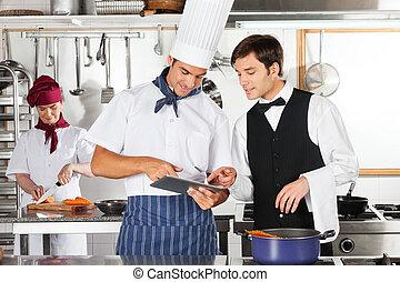 Garçom, e, cozinheiro, usando, digital, tabuleta, em,...