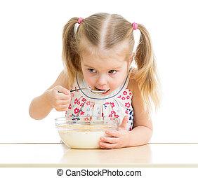 食べること, 女の子, 上に, ミルク, 薄片, 子供, 白, トウモロコシ