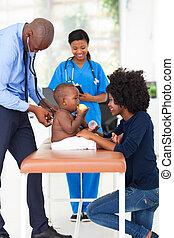 pediatra, examinando, bebê, Menino
