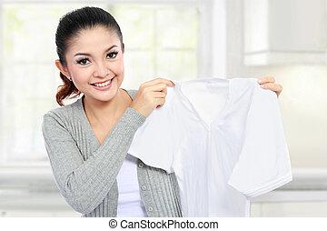 jovem, mulher, mostrando, limpo, roupas