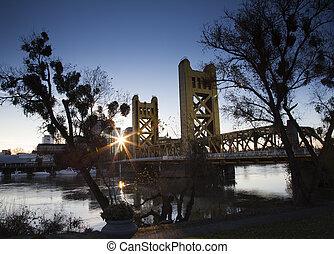 wschód słońca, Rzeka, Most, Miasto, słońce,...