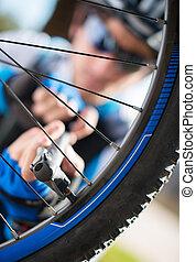 maschio, ciclista, gonfiare, pneumatico, di, Bicicletta