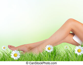 hermoso, piernas, mujer, pasto o césped