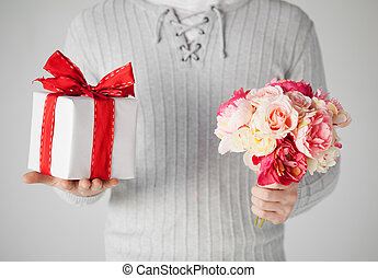 caja, regalo, ramo, tenencia, flores, hombre