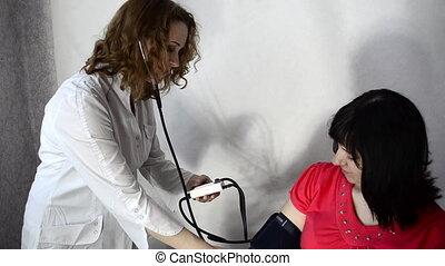 doctor measures pressure