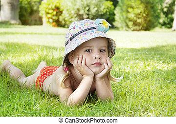 verão, pequeno, desfrutando, verde, menina, capim