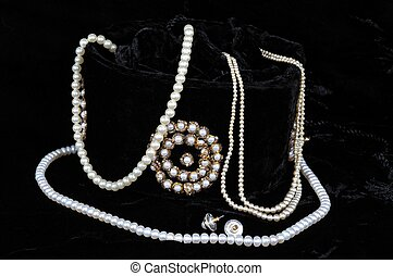 Pearls and jewellery bag. - String of white pearls and stud...