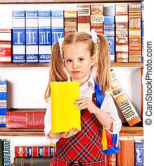 niño, libro, estante libros