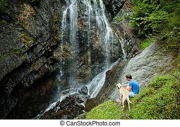 jovem, homem, cão, Cachoeira