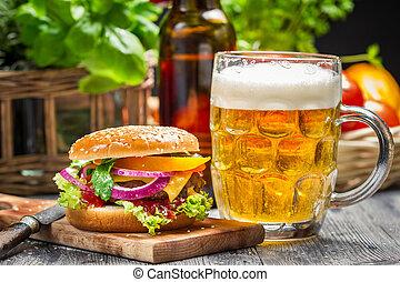 Primer plano, fresco, hamburguesa, frío, cerveza