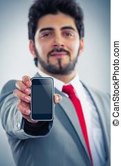 Geschauml;ftsmann zeigt smartphonebildschirm Textflauml;che...