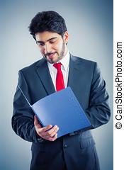 Bewerber hält eine blaue Bewerbungsmappe