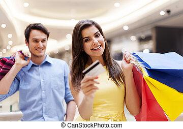 Feliz, mulher, segurando, crédito, cartão,...