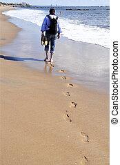 Strandspaziergang - Mann geht barfuss am Strand spazieren...