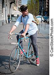 hipster, joven, hombre, bicicleta
