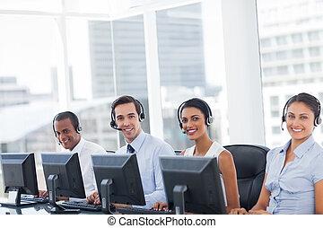 linha, chamada, centro, empregados, sorrindo