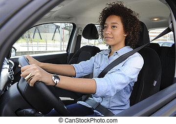 Jeune femme conduisant une voiture - Jeune femme heureuse...