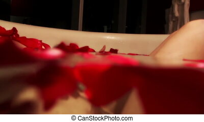 vacker, kvinna, rosÈ, hotell, bad, stort, petals, sexig,...