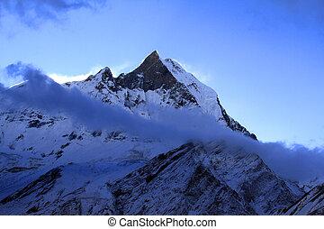 Trekking in Nepal Himalaya: Fishtail peak in the dawn -...