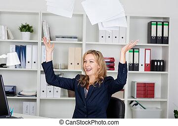 mujer de negocios, lanzamiento, documentos, en, oficina