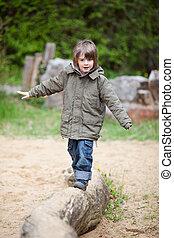 jovem, Menino, andar, ligado, madeira, em, parque