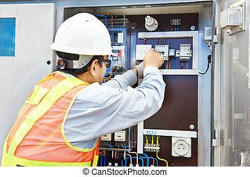chino, electricista, trabajando, potencia, línea,...