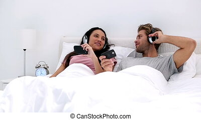 Couple listening to music on headph - Couple listening to...