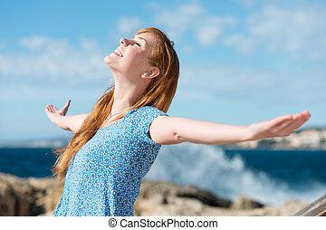 bonito, mulher, celebrando, sol