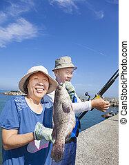 Feliz, Sênior, par, pesca, mostrando, grande, garoupa,...