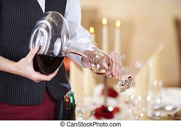 camarera, El verter, rojo, vino, en, copa