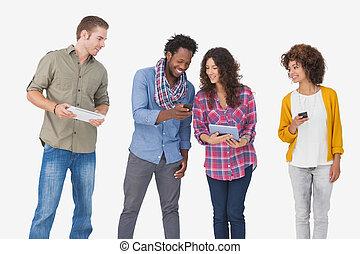 cuatro, elegante, amigos, Mirar, tableta, tenencia,...