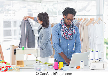 Moda, diseñador, trabajando, computador portatil