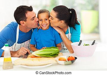 amando, pais, beijando, pequeno, filha