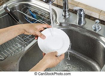 mulher, mãos, lavando, jantar, prato, cozinha, pia