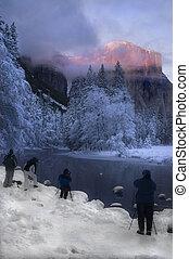 Alpenglow on the granite peaks in Yosemite valley -...