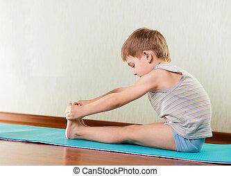 pequeno, Menino, exercitar, esticar, ginásio