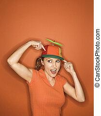 mujer, Llevando, tonto, sombrero