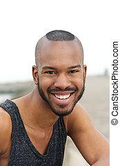 Retrato, sorrindo, homem, jovem, Ao ar livre