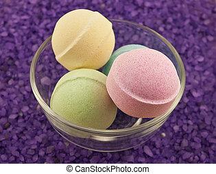 Violet salt and bath balls - Violet salt and multicoloured...