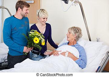 niños, con, flores, Visitar, madre, en, hospital