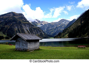 Idyll at a lake - The Vilsalpsee is embedded in the Tannheim...