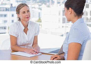 mujer, teniendo, Trabajo, entrevista, mujer de negocios