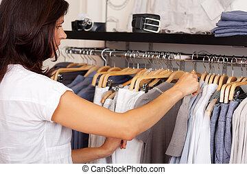 mujer, Escoger, camisa, De, estante, en, ropa, Tienda