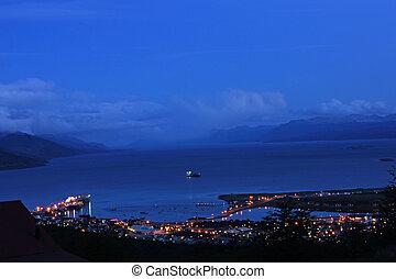 Der Hafen von Ushuaia bei Abendstimmung.