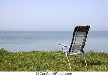 Uitzicht op het Markermeer - Strandstoel aan de oever van...