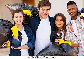 joven, voluntarios, basura, bolsa
