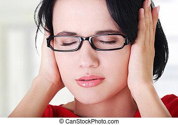 frustrado, jovem, mulher, segurando, dela, orelhas