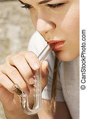 adolescente, menina, fumar, cannabis