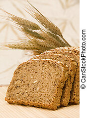 Bread slices and natural cereals Brotscheiben dekoriert mit...