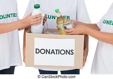 grupo, voluntarios, poniendo, alimento, donación,...